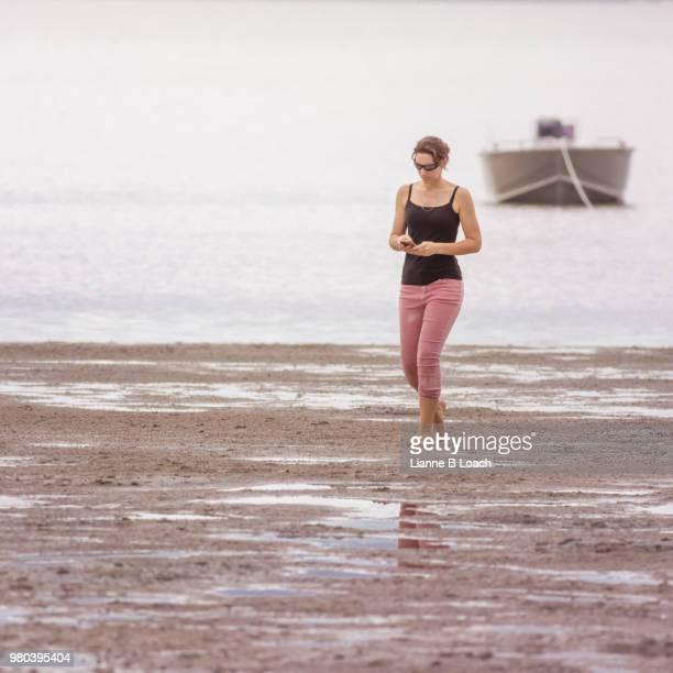 beach walk 13 - lianne loach foto e immagini stock