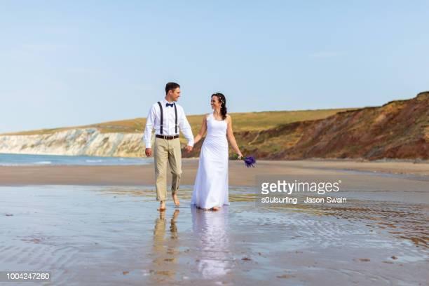 beach wedding couple. - s0ulsurfing stock-fotos und bilder