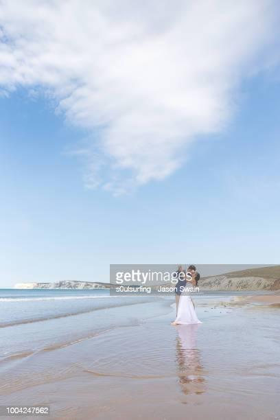 beach wedding couple. - s0ulsurfing fotografías e imágenes de stock