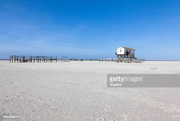 strand mit pfahlbau, sankt peter-ording, deutschland - sankt peter ording stock-fotos und bilder
