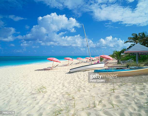 beach with umbrellas and boats - turks and caicos islands stock pictures, royalty-free photos & images