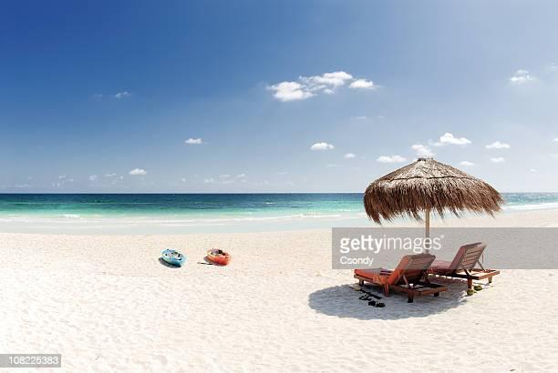 Plage de sable blanc et une eau bleue