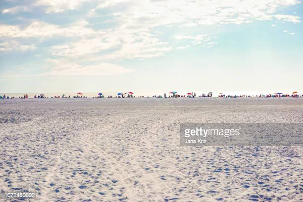 beaches of southwest florida, siesta key, sand and sea, people in the distance - siesta key - fotografias e filmes do acervo