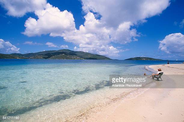 beachgoers on prickly pear island - islas de virgin gorda fotografías e imágenes de stock