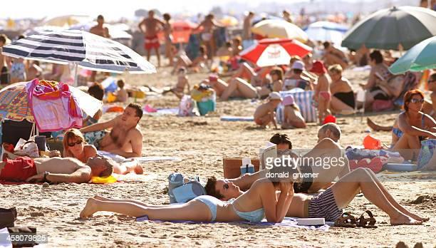 bagnanti sul mediterraneo - agosto foto e immagini stock