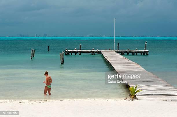 beach-scape with woman and dock, isla mujeres - mujeres fotos stockfoto's en -beelden