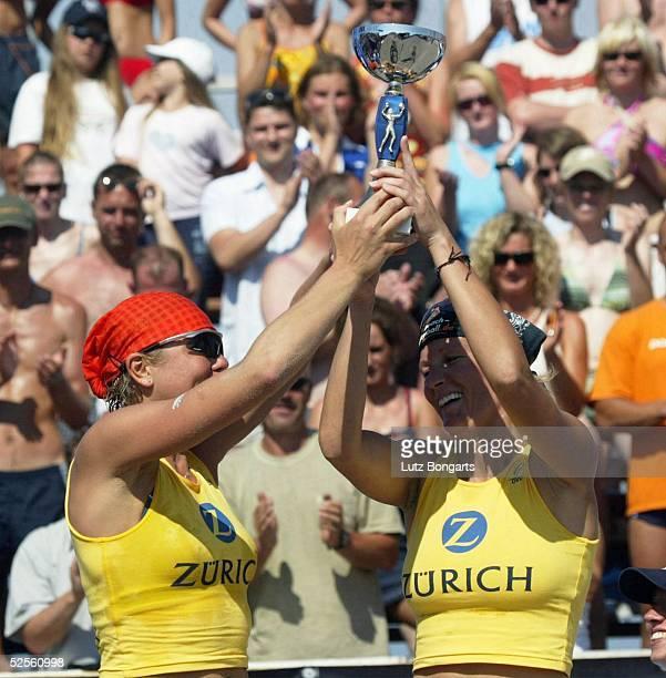 Beachvolleyball Masters 2004 Kuehlungsborn Die Siegerinnen Ines PIANKA und Jana VOLLMER mit dem Pokal 010804