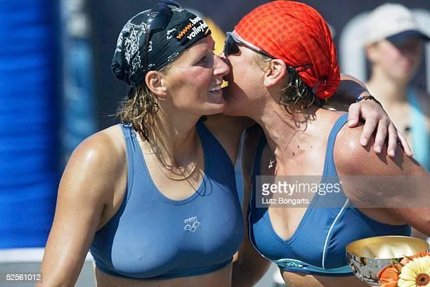 Beachvolleyball Masters 2004 Kuehlungsborn Kuesschen der Siegerinnen l Jana Vollmer und Ines Pianka 010804