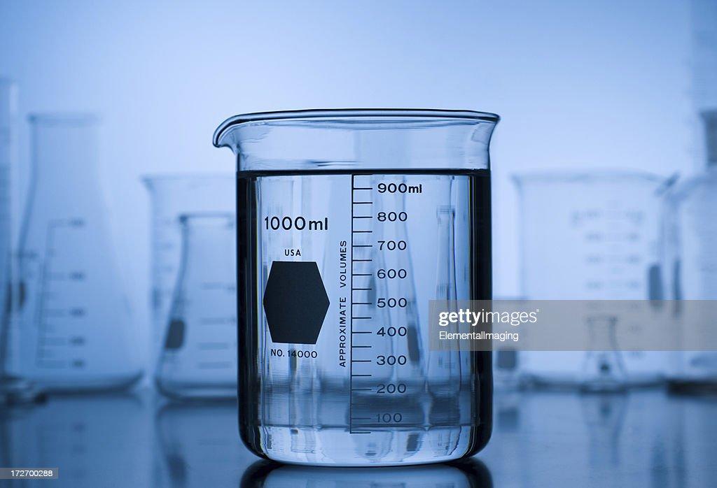 ビーカーにブルーのグラデーションにラボガラスの背景 : ストックフォト