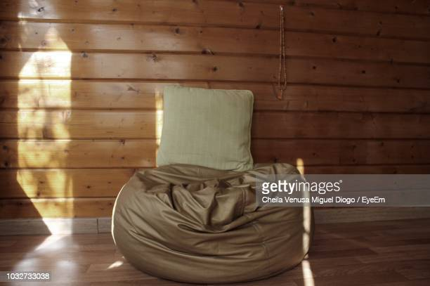 bean bag with cushion on hardwood floor at home - sacco photos et images de collection
