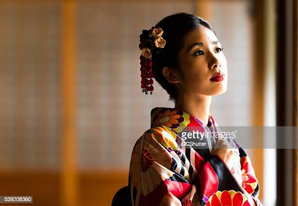 beantiful femme japonaise dans un temple - femme japonaise belle photos et images de collection