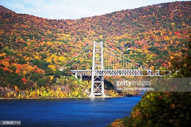 bear mountain bridge and fall color in hudson river valley - bear mountain bridge stock pictures, royalty-free photos & images