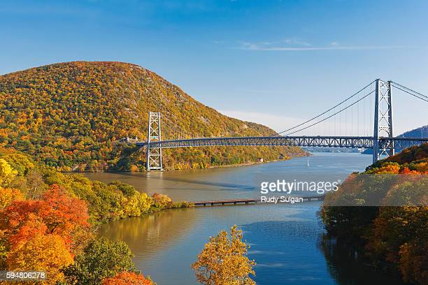 bear mountain bridge spanning the hudson river - river hudson stock pictures, royalty-free photos & images