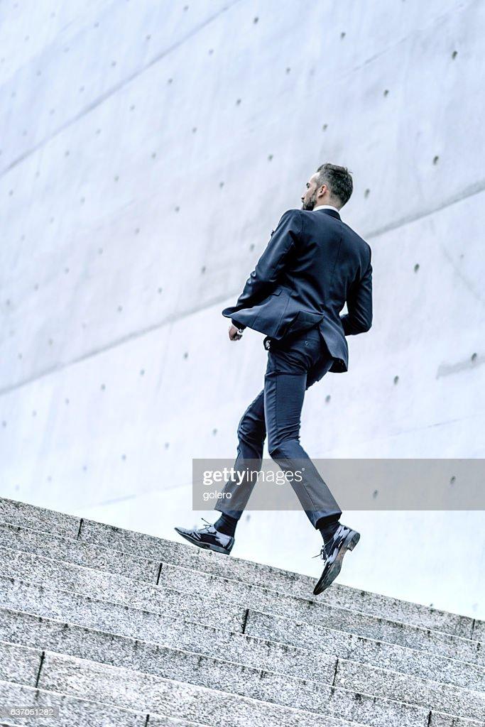 Bärtiger business-Mann läuft bis Steintreppe : Stock-Foto