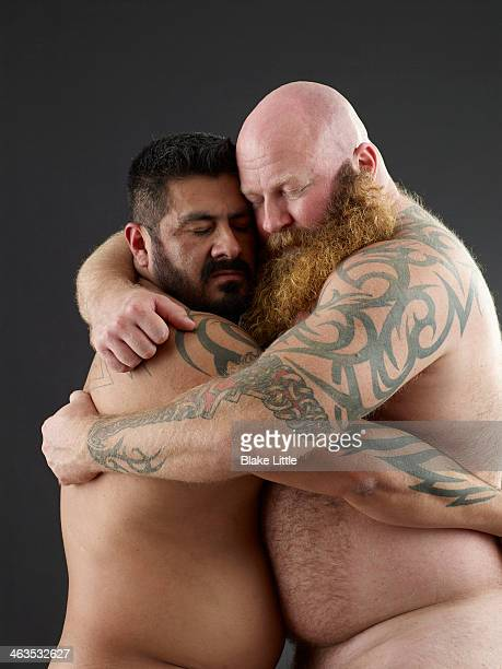 bearded couple embracing - couple calin photos et images de collection