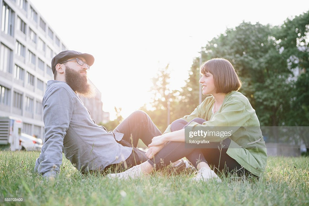 Slip un vita bassa e un ragazza rilassante nel parco, fare un riposo : Foto stock