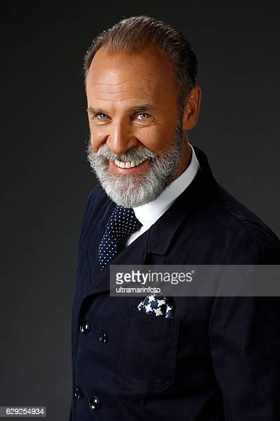 Bärtiger lumbersexual Einstellung älterer Mann Individualität Porträt