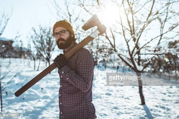 山の sowy 日に斧を運ぶ髭の男