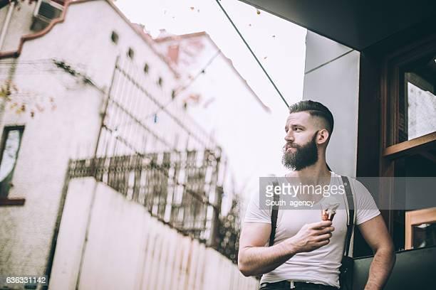 Hombre con barba comer helado