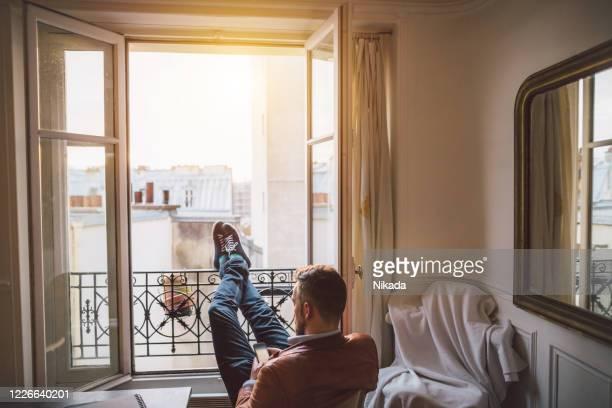 homme barbu affichant sur le smartphone - confinement photos et images de collection