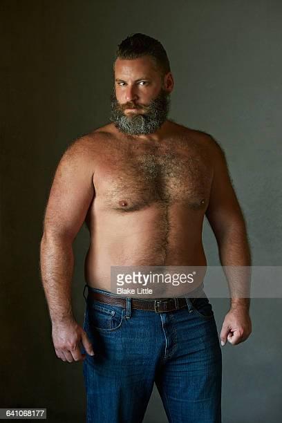 bearded man tank top  3/4 length - behaarte männer stock-fotos und bilder
