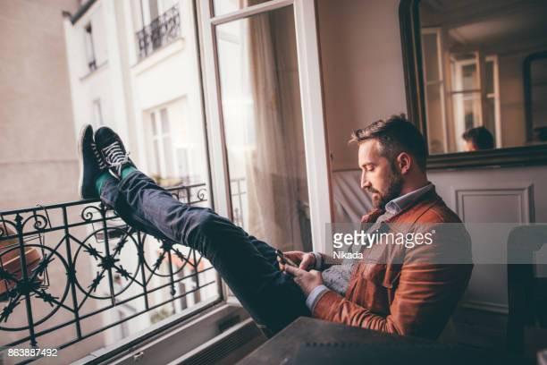 Barbu de homme utilisant smartphone et vous détendre