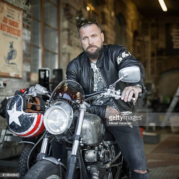 bearded man with custom motorcycle - macho fotografías e imágenes de stock