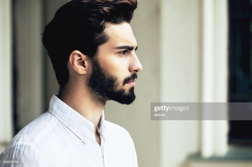 Bärtige stilvollen Mann posiert im freien : Stock-Foto