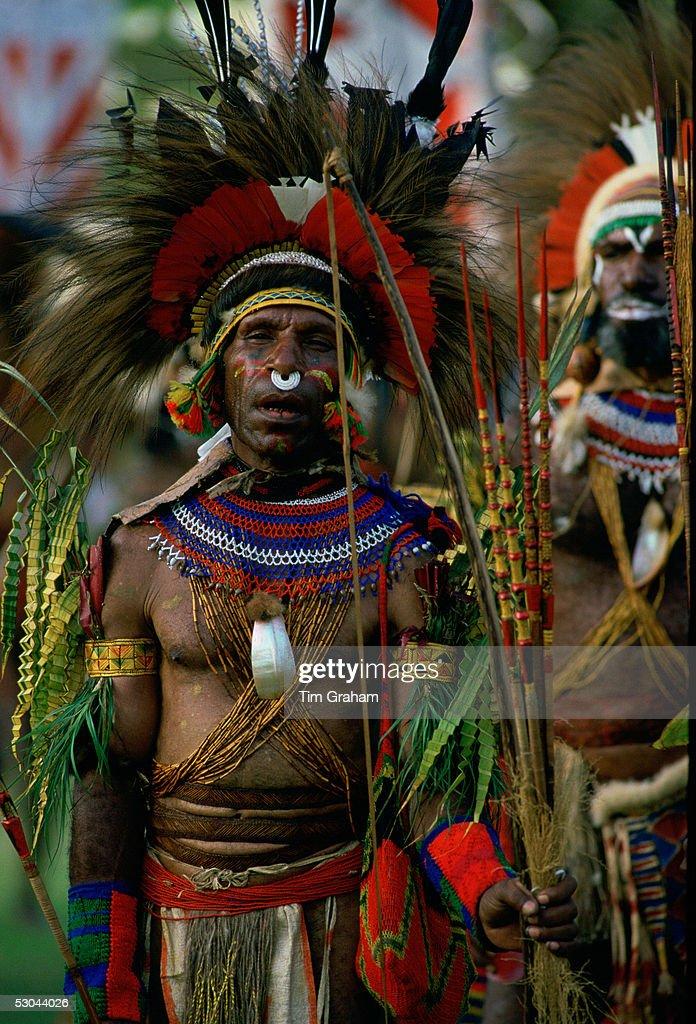 Tribesman in War Paint, Papua New Guinea : News Photo