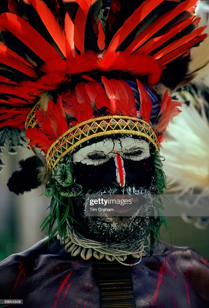 Tribesman in War Paint, Papua New Guinea : News Photo