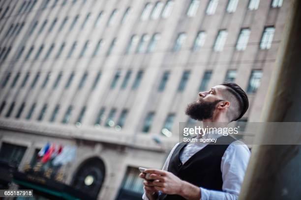 Hombre joven barbudo