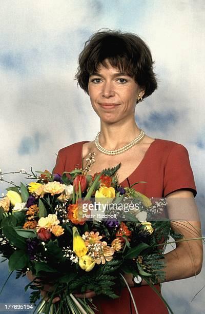 22 April 1960 ARDVorabendSerie Blankenese Hamburg Deutschland Europa Blumenstrauß Blumen Halbkörper PerlenKette Schauspielerin NB/NB