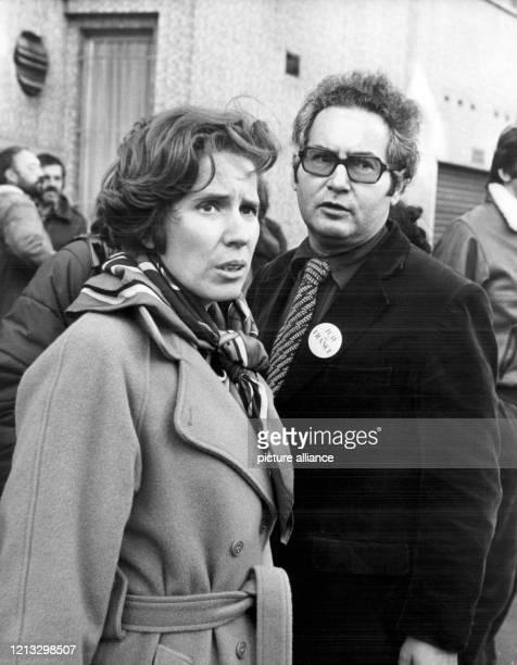 Beate Klarsfeld, die seit Jahren gegen die nach ihrer Meinung schleppenden Ermittlungen zur Lischka-Anklage protestiert, mit ihrem Ehemann, dem...