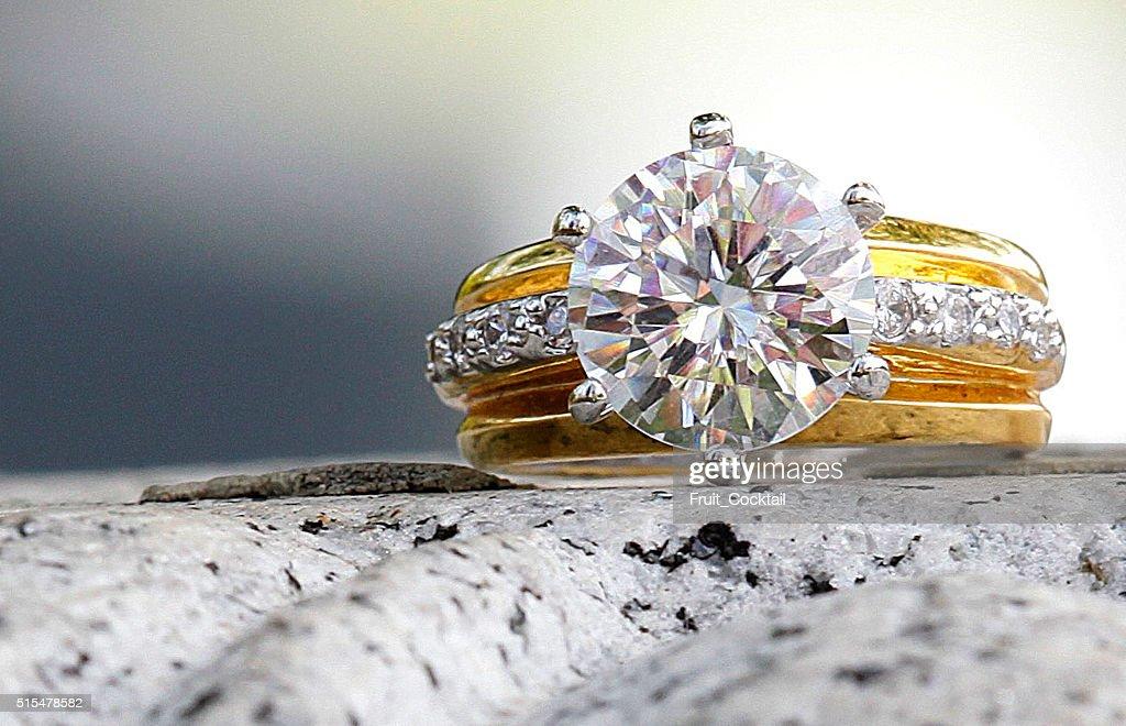 Wunderschöne Diamant-ring, auf aus Granit : Stock-Foto