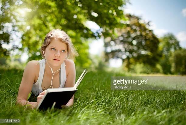 Belle jeune fille dans le parc