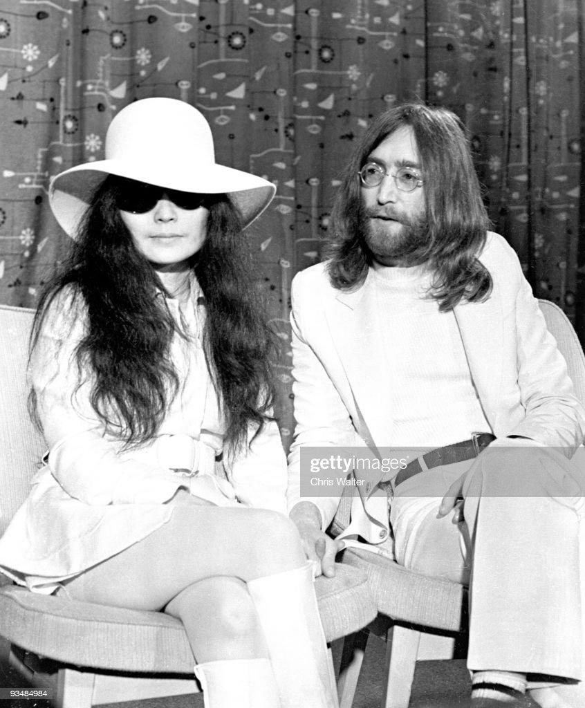Beatles 1969 John Lennon and Yoko Ono at Heathrow Airport