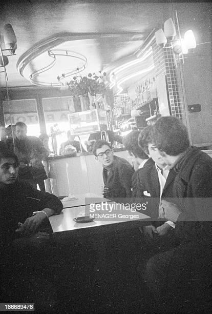 Beatniks A Paris le 25 novembre 1966 un groupe de Beatniks attablés dans un café parisien discutent