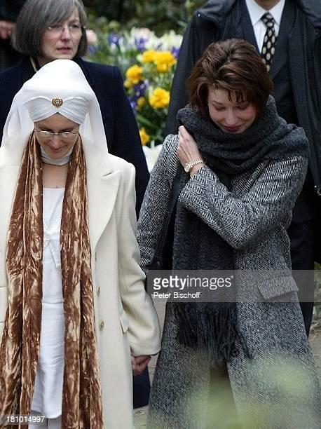 Beatrice Buchholz , Meret Becker, ,Trauergäste, Beerdigung von Horst Buchholz, Waldfriedhof Berlin, Deutschland, Europa, ,