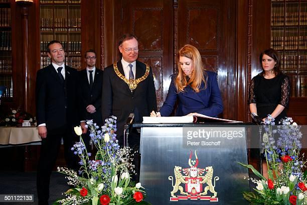 Beatrice Elizabeth Mary MountbattenWindsor Prinzessin von Großbritannien und Nordirland und Schwester Eugenie Victoria Helena MountbattenWindsor...