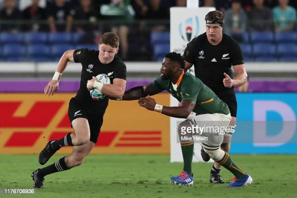 Beauden Barrett of New Zealand gets past Siya Kolisi of South Africa during the Rugby World Cup 2019 Group B game between New Zealand and South...