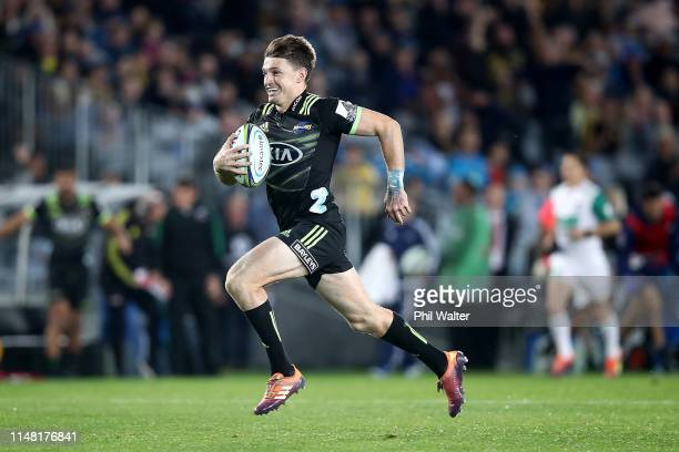 Beauden Barrett of the Hurricanes scores a try during the round 13 Super Rugby match between the Blues and the Hurricanes at Eden Park on May 10 2019...