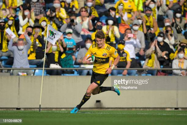 Beauden Barrett of the Suntory Sungoliath runs with the ball to score his side's fourth try during the Top League match between Suntory Sungoliath...