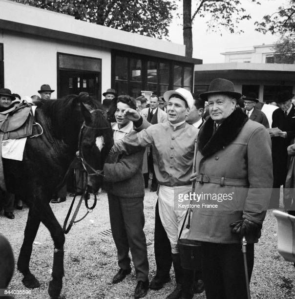 Beaujeu le gagnant du Prix du Président de la République et son jockey Nador après la course d'Auteuil à Paris France le 2 avril 1961