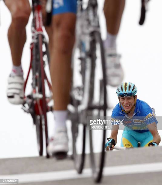 Beaumont-du-Ventoux, FRANCE: Kazakhstan's Andrey Kashechkin arrives to cross the finish line of the fourth stage of the Dauphine Libere criterium...