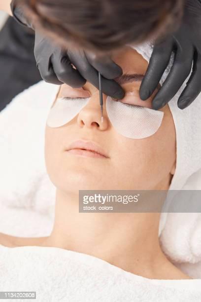 美容師應用美容治療 - 修眉 個照片及圖片檔