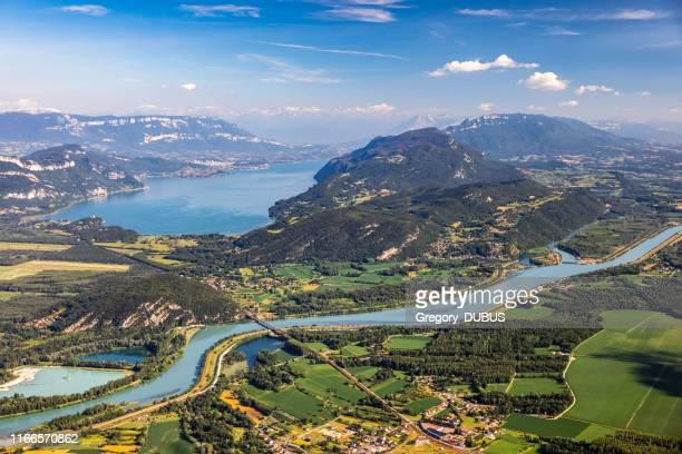 bella vista aerea paesaggio estivo francese visto dalla vetta grand colombier in mezzo alle montagne bugey nel dipartimento di ain, con il fiume rodano, vibranti campi verdi e il lago bourget in savoie - valle foto e immagini stock