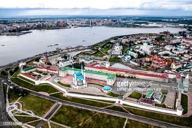 ロシア・タタールスタン共和国の首都カザンにあるヴォルガ川とクレムリンの美しい空中写真 - クレムリン ストックフォトと画像