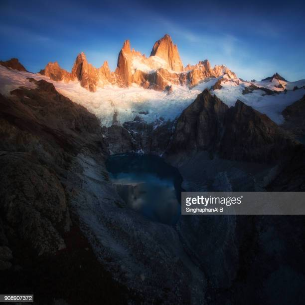 beautiful aerial view with lake in front and fitz roy mountain.el chalten, patagonia, argentina - cerro torre photos et images de collection