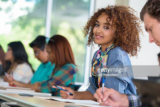 Schöne afrikanische amerikanische college-student in einem modernen Klassenzimmer