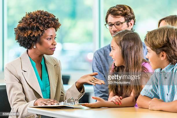 Belle afro-américaine avec professeur et famille